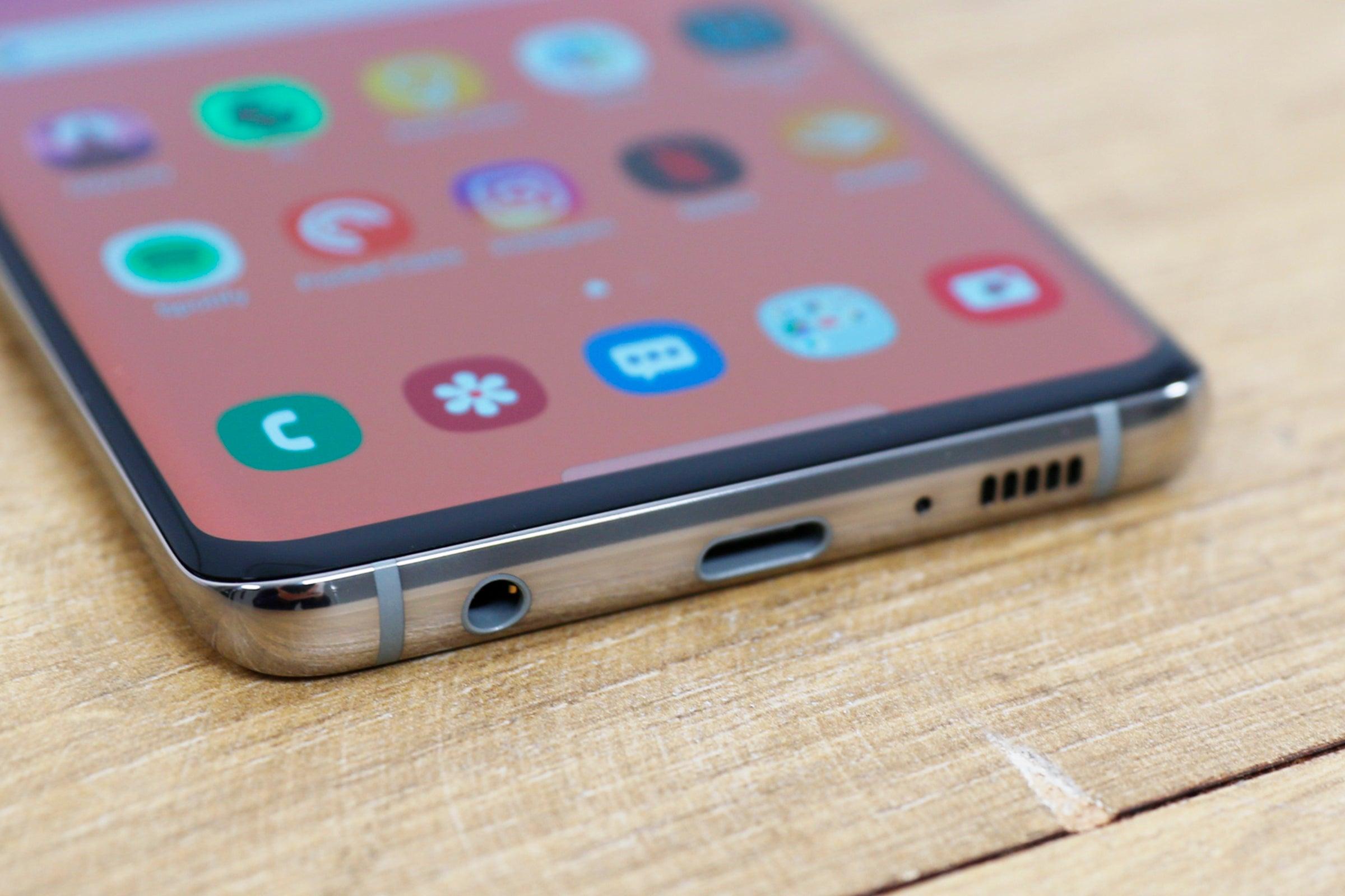 Samsung paralajmëron një telefon të veçantë dhe të lirë