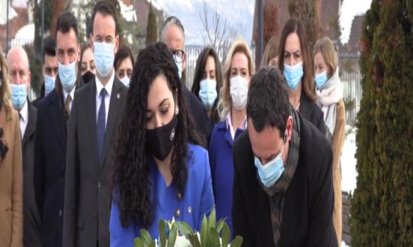Pavarësia e Kosovës, Osmani dhe Kurti homazhe te varri i Rugovës