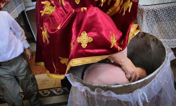 Foshnja humb jetën pas ritualit ortodoks të pagëzimit