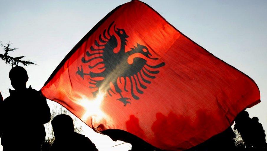 Valëvitet flamuri shqiptar në një fshat të Gjilanit, media serbe: Provokim i paturp, banorët u zemëruan