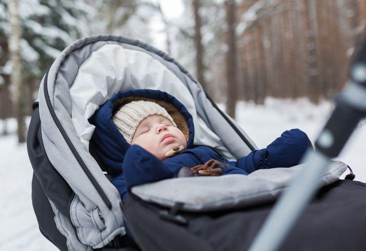 Arsyet pse prindërit i lënë fëmijët të flenë jashtë kur është ftohtë!