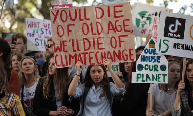 """Covid & kriza e klimës tregojnë pse na nevojitet një """"kontratë e re shoqërore"""" mes të moshuarve dhe të rinjve"""