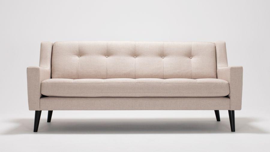 Mënyra për ta bërë divanin prej pëlhure të duket si i ri