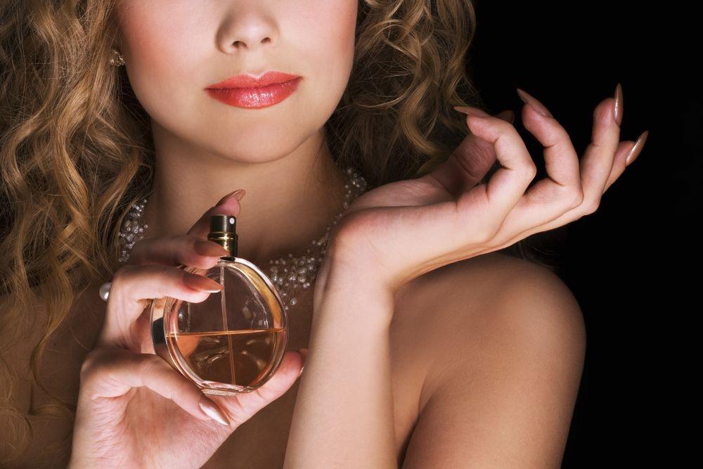 Disa sekrete se ku duhet ta spërkasni parfumin