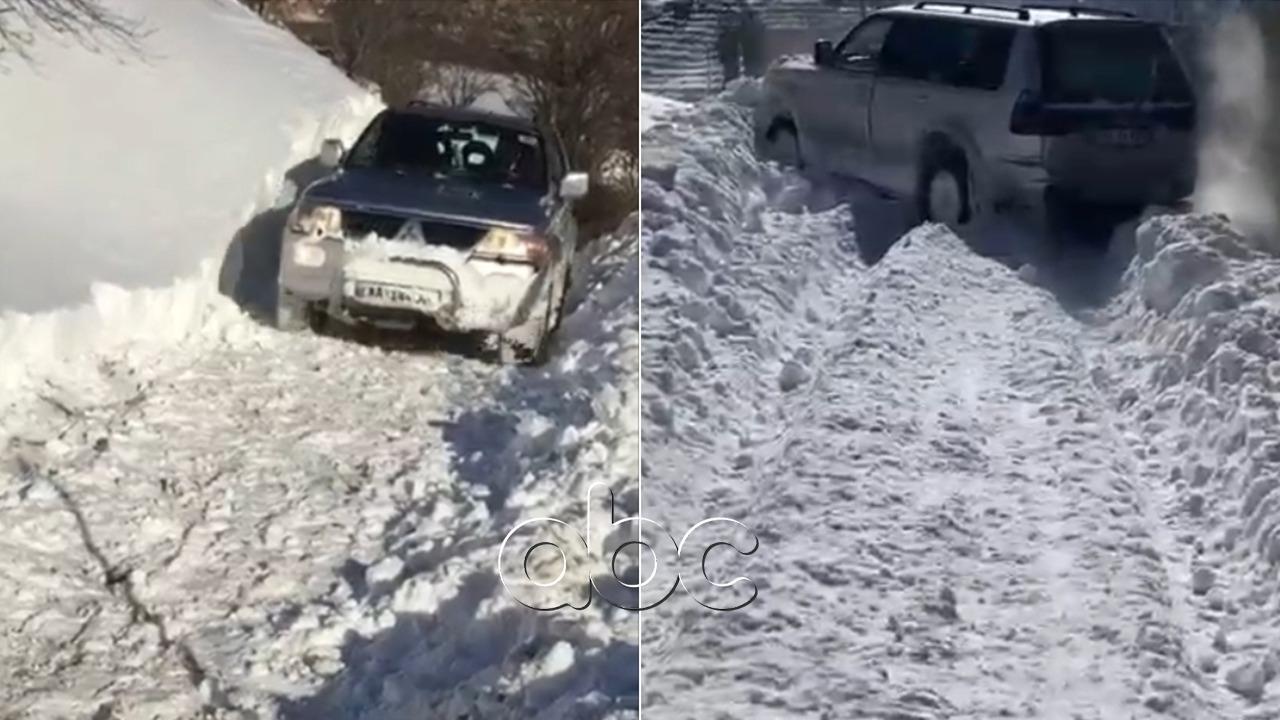 VIDEO/ Asnjë borëpastruese, banorët në Rrajcë pastrojnë rrugët e bllokuara