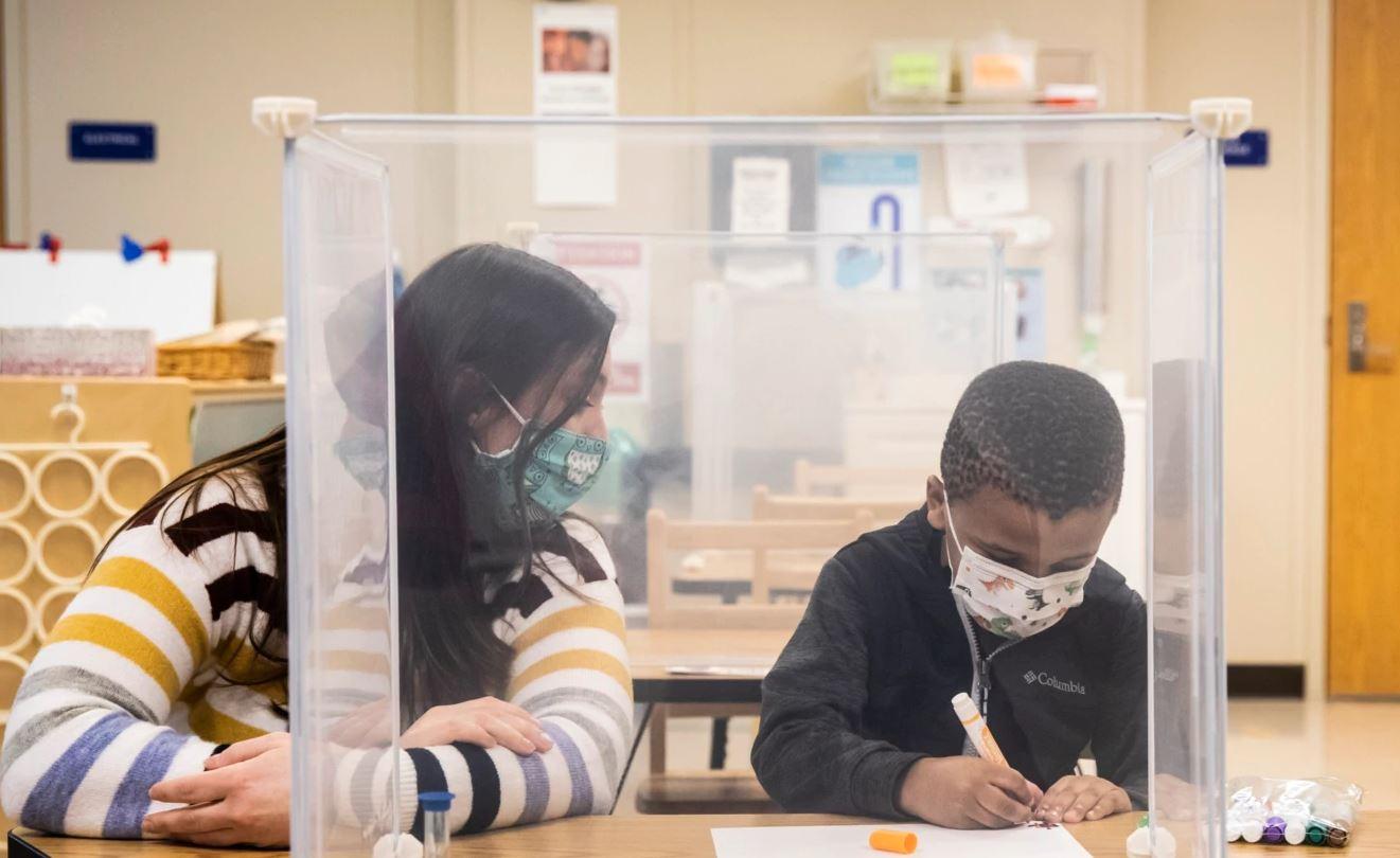 CDC: evidencë në rritje se shkollat mund të rihapen të sigurta