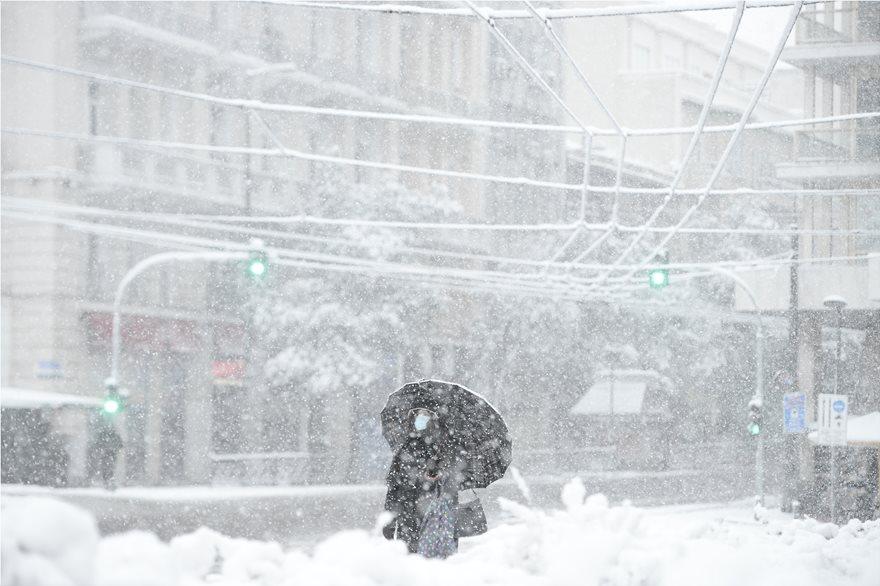 """Moti ekstrem """"gjunjëzon"""" Greqinë, rrugë të bllokuara dhe disa zona pa energji"""