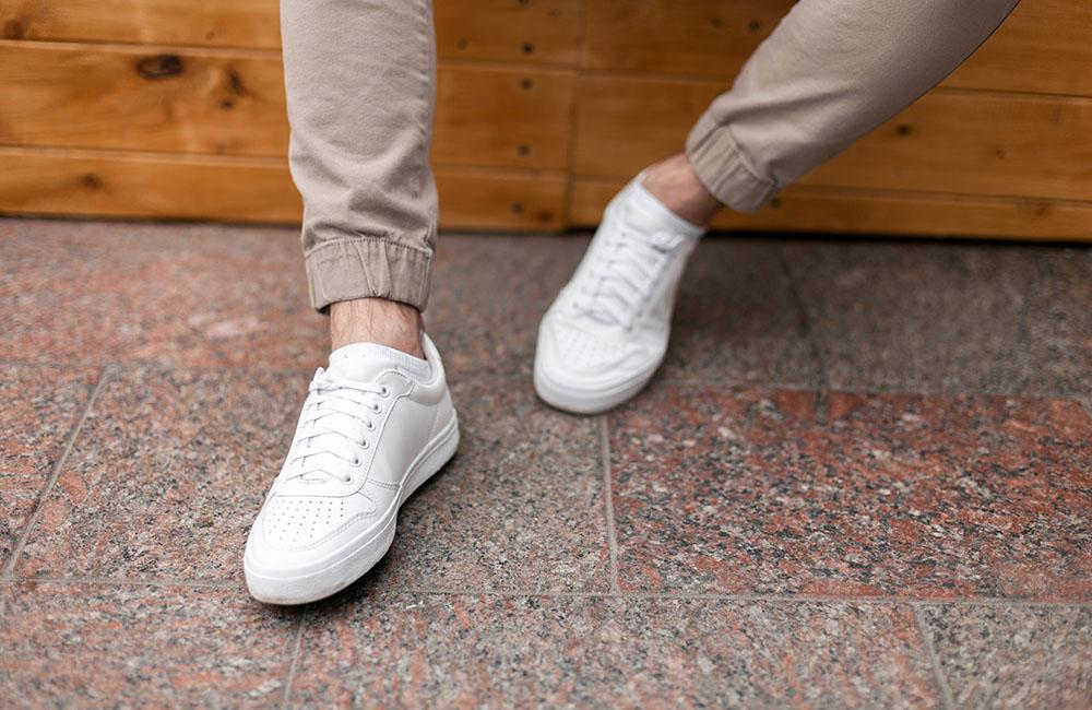 Katër hapa si të pastroni këpucët tuaja prej lëkure të bardhë