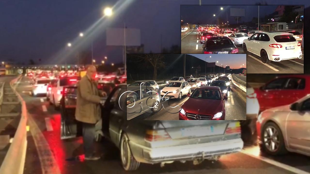 Radhë kilometrike në Morinë, qytetarët kthehen në Kosovë pasi kaluan fundjavën në Shqipëri