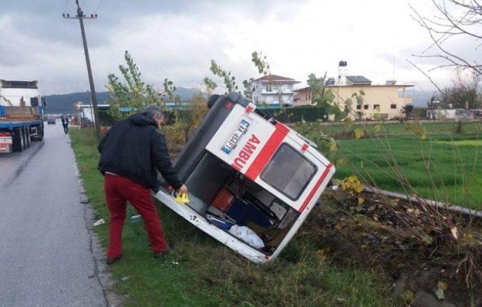 Ambulanca del nga rruga në autostradën Durrës-Tiranë, humb jetën pacientja 71 vjeçare