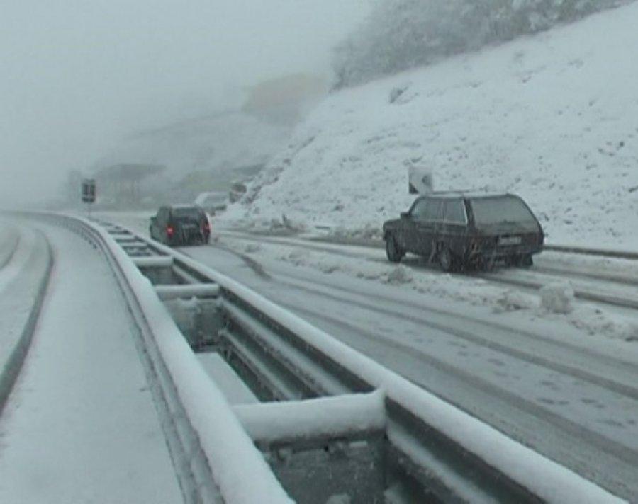Reshjet e borës në aksin nacional Burrel-Tiranë, bllokohet qarkullimi në Qafën e Ulzës