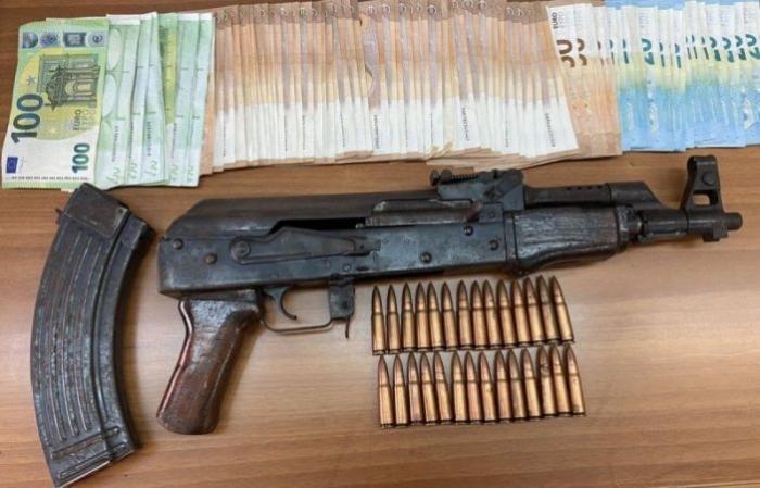 Marijuanë , kokainë dhe armë në banesë, arrestohet shqiptari në Greqi