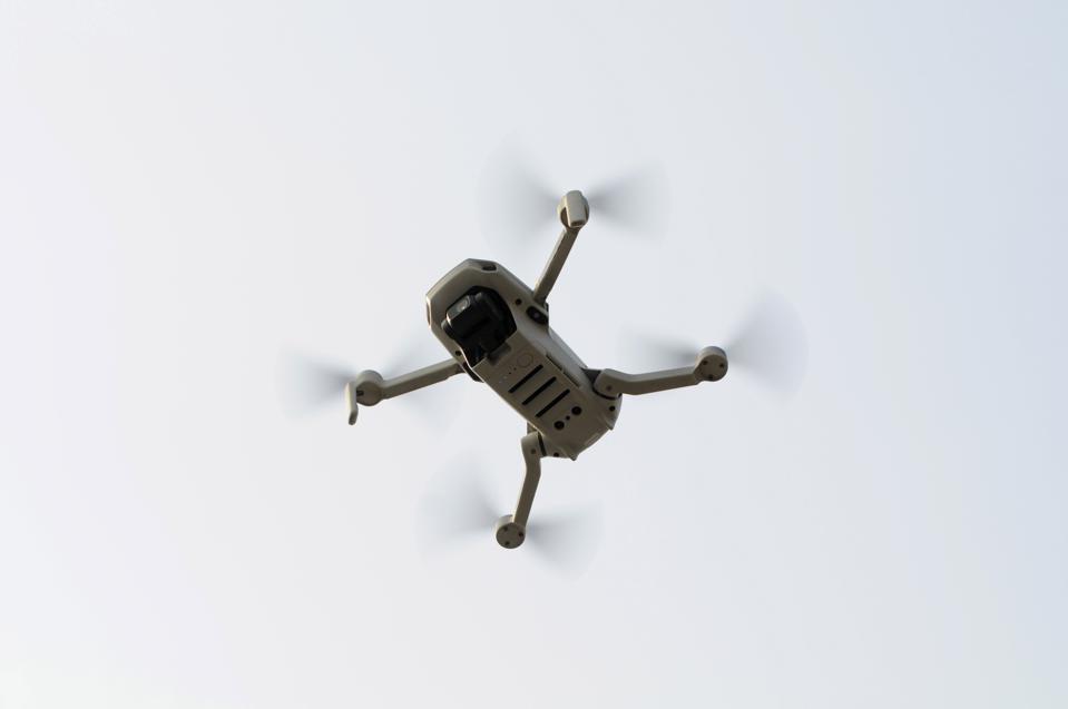Dronët me njohje të fytyrës janë gati për të fluturuar, por bota nuk është ende e gati për ta