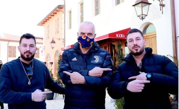 Rama poston foton nga Vlora: Dy binjakë dhe një fant spathi