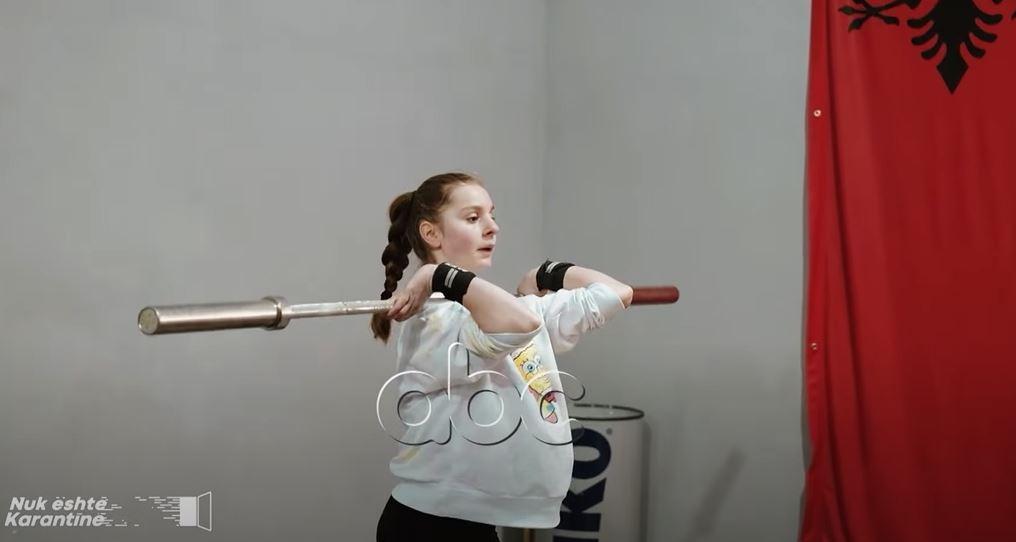 Enkileda Carja, njihuni me kampionen 13-vjeçare në peshëngritje