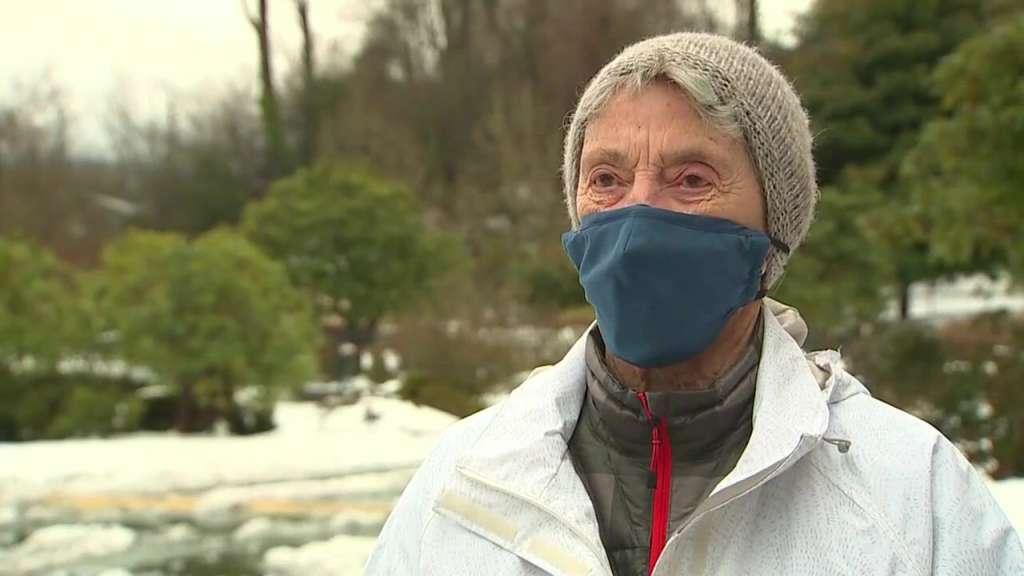 Nuk arriti të merrte dozën e parë, 90-vjeçarja ecën 16 kilometra në borë për t'u vaksinuar