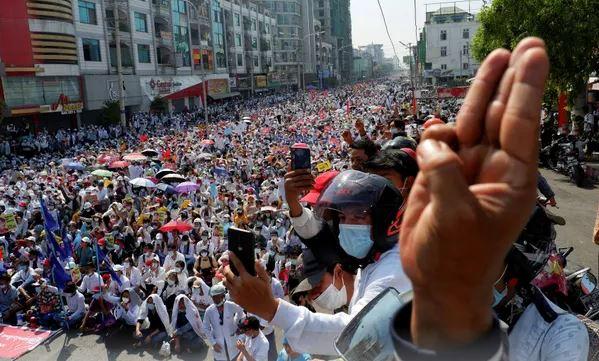 Myanmar në protestë edhe pas kërcënimeve nga forcat ushtarake
