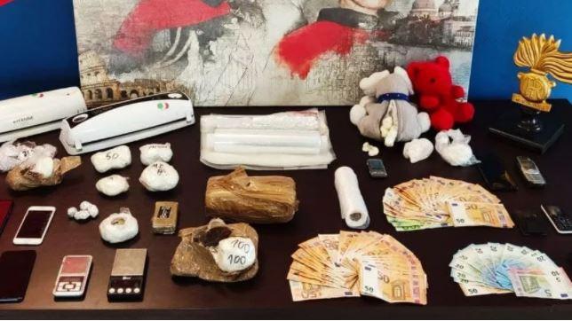 E kishin fshehur te lodrat e fëmijëve, kapen shqiptarët me 2 kg kokainë në Itali