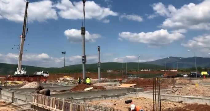 EMRI/E rëndë, goditet nga kova e eskavatorit, humb jetën punëtori në aeroportin e Kukësit