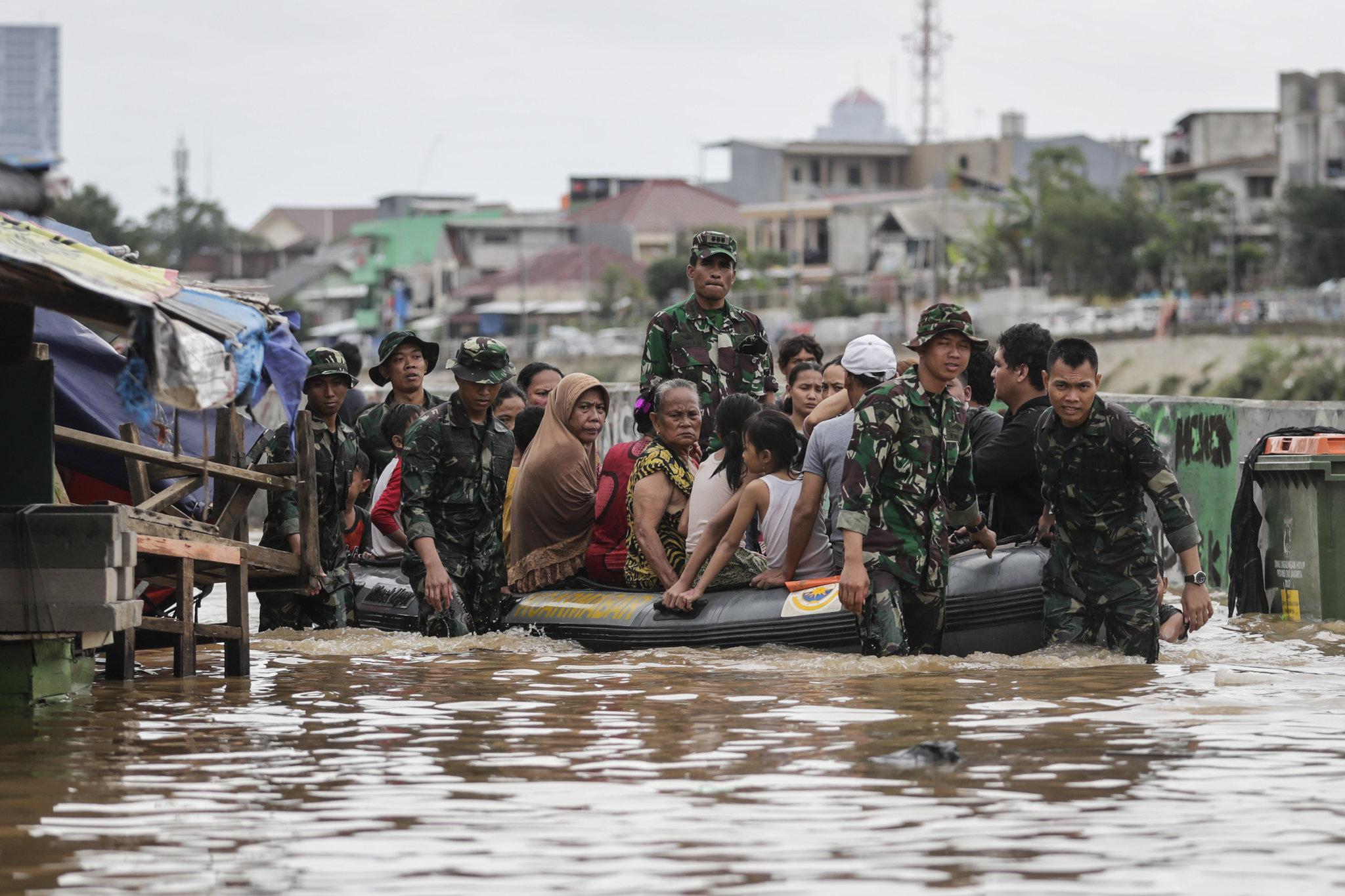 Përmbytje masive në Indonezi, shpërngulen mijëra banorë