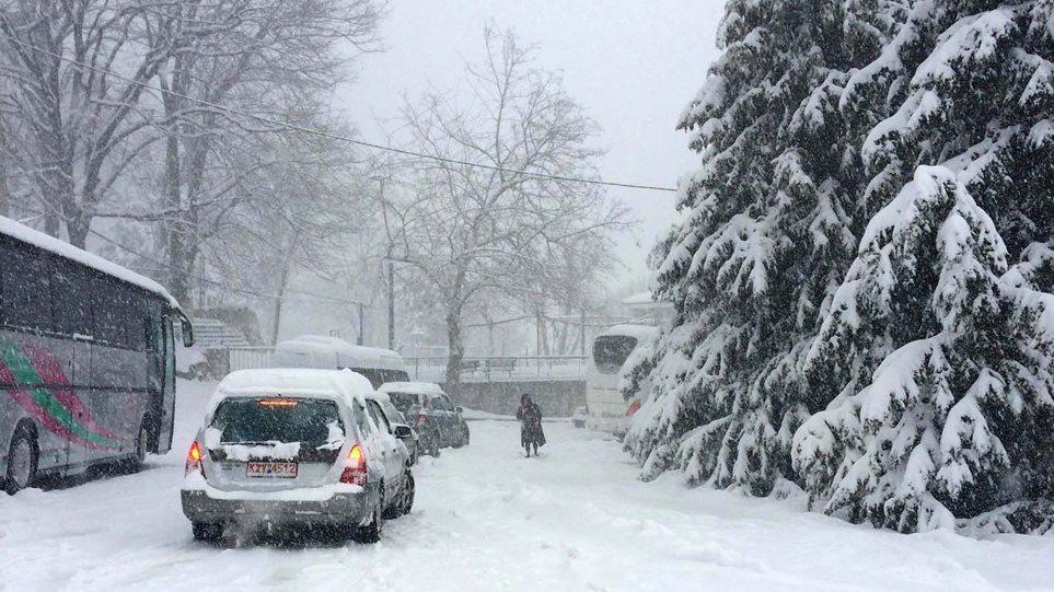 """Bora """"mbulon"""" Greqinë, tre viktima si pasojë e motit të keq"""