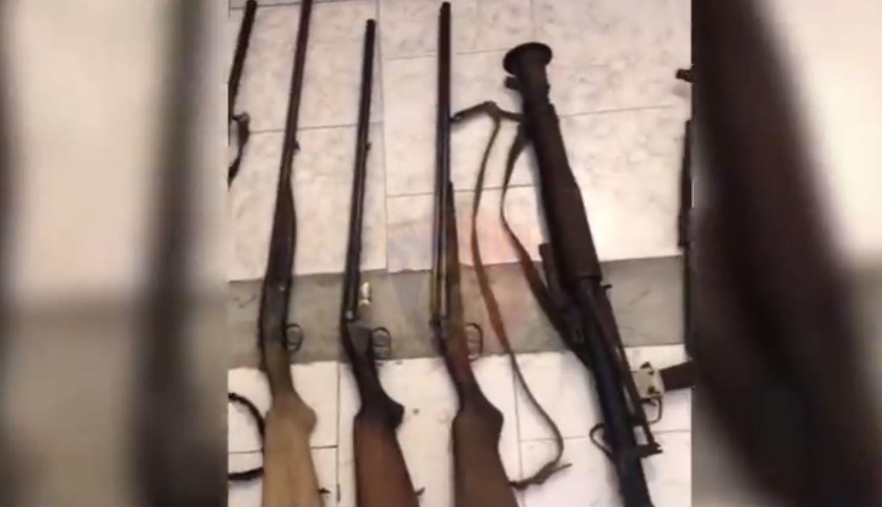 Arsenal armësh në banesë, arrestohet 37-vjeçari dhe shpallet në kërkim i ati
