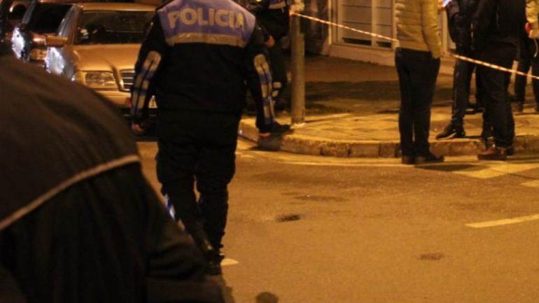 Sherr me grushte dhe thikë, dy të plagosur në Tiranë për 25 minuta