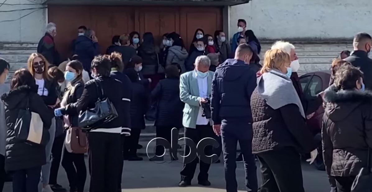 Mjekët nuk respektojnë masat gjatë procesit të vaksinimit në Vlorë, ndërhyn policia