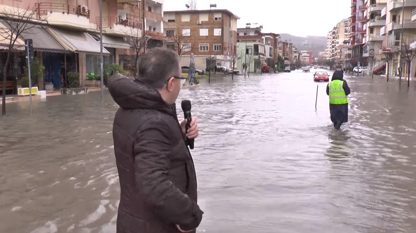 """Me mikrofon në dorë, Luan Rama """"raporton"""" nga Vlora: E përmbyti politika e fasadave"""
