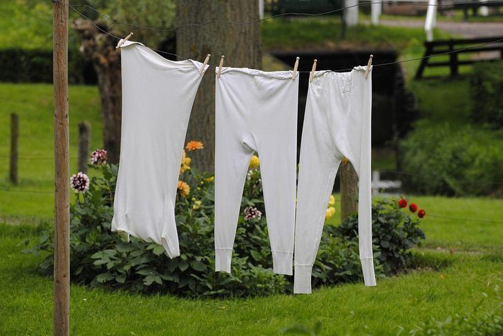 Kjo është mënyra sesi mund t'i zbardhni rrobat që janë zverdhur, pa përdorur kimikate të forta!