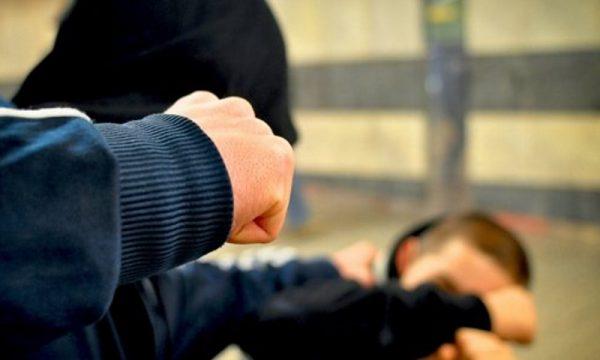 Dy vëllezër rrihen me grushte dhe mjete të forta pas sherrit për pronën
