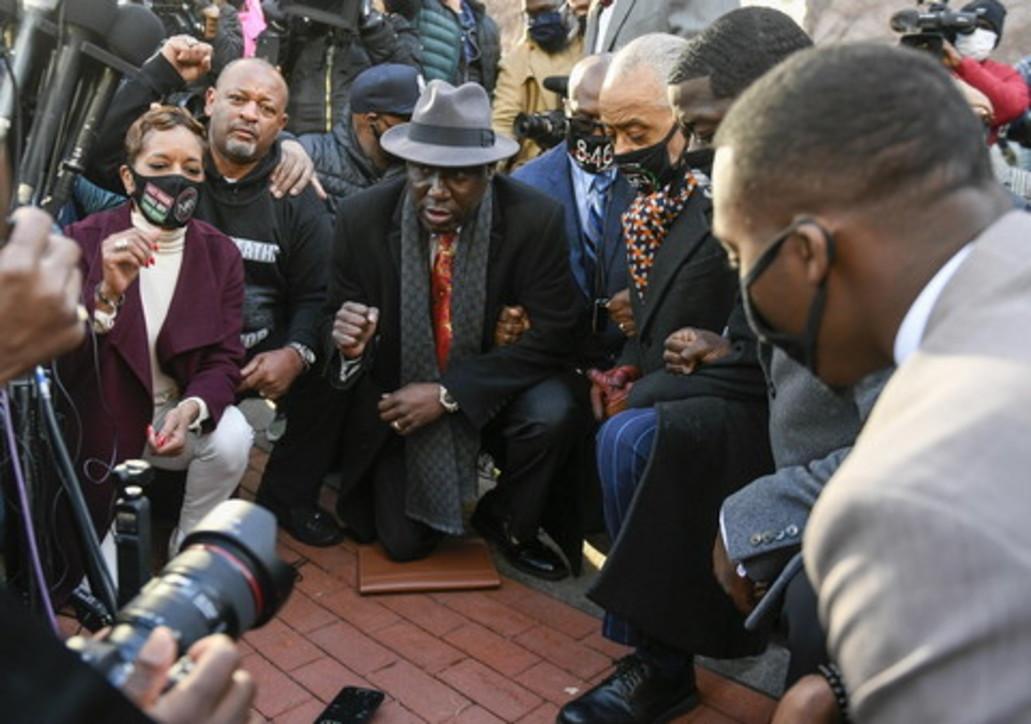 Gjunjëzohet para seancës gjyqësore familja e George Floyd