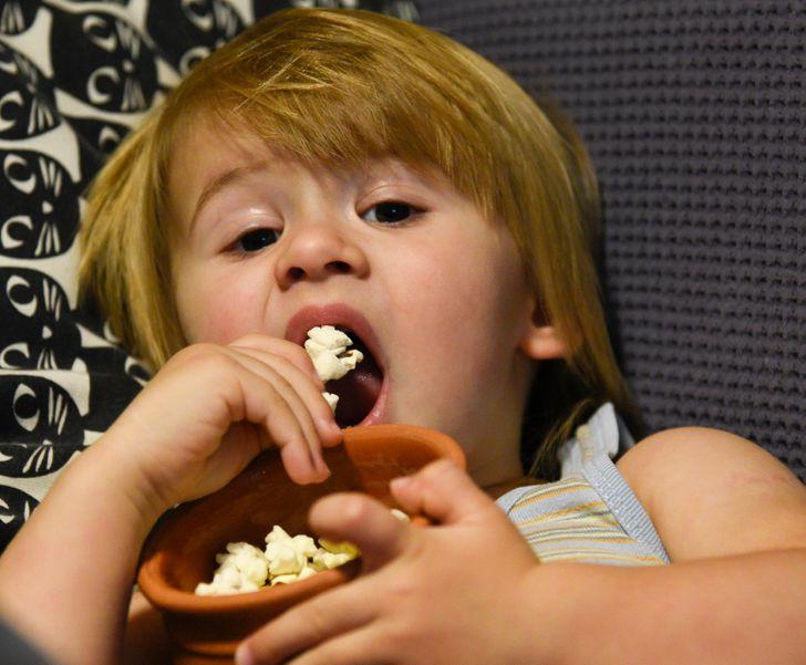 Pse fëmijët nën moshën 4 vjeç nuk duhet të hanë kokoshka