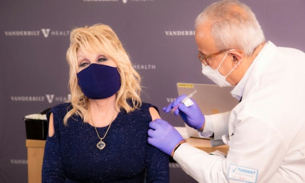 Dolly Parton vaksinohet duke kënduar, jep mesazhin për qytetarët