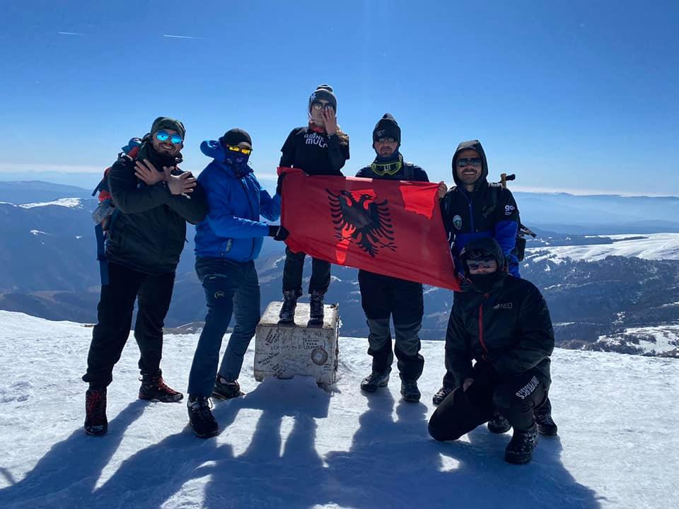 Shqiptarët ngjiten në malin më të lartë në Serbi, valëvisin flamurin kuq e zi