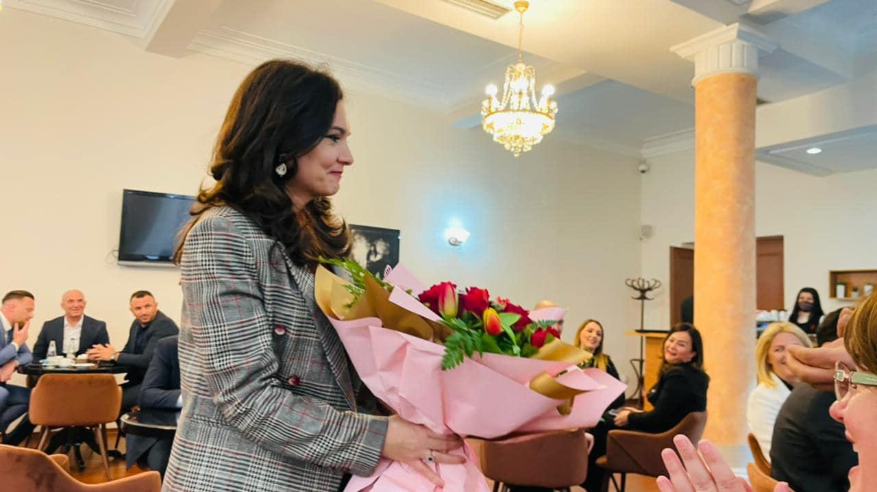 Bashkë për Kamzën, Valteri i dhuron buqetë me lule për ditëlindje Spiropalit