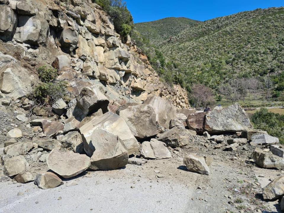 Shembet një masiv shkëmbor mbi aksin Berat-Çorovodë