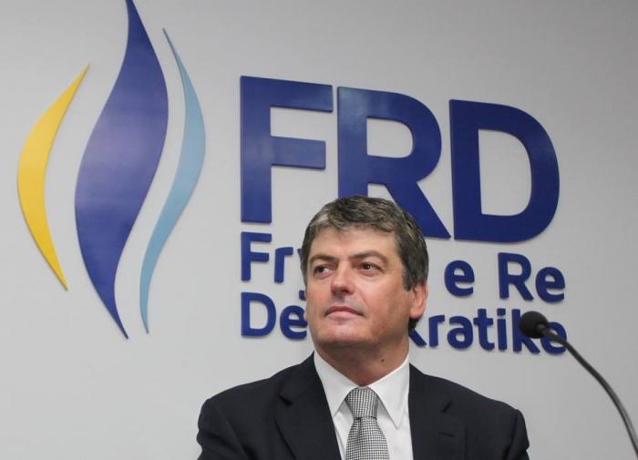 Pas Bamir Topit, dorëhiqen 18 anëtarë të FRD-së në Tiranë