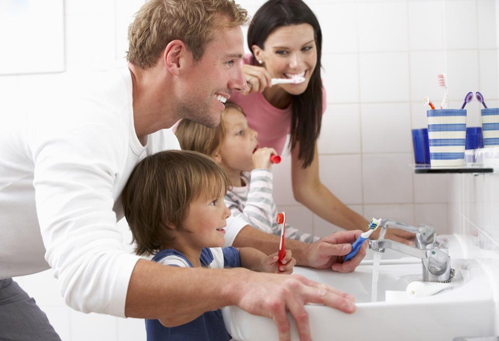 Mbajeni mend, disa këshilla si të pastroni dhëmbët e vogëlushit tuaj