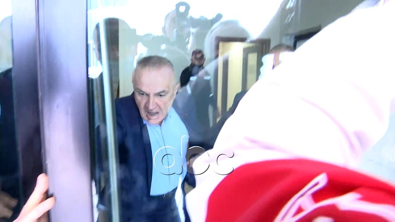 """""""Dil jashtëë…""""! Meta përplaset me policinë në zyrat e FRD-së: Grusht shteti, ju çoj me duart e mia në burg"""