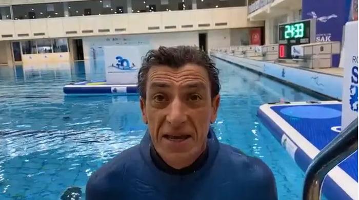 Rekord i ri botëror, 54-vjeçari mban frymën nën ujë për 24 minuta e 33 sekonda