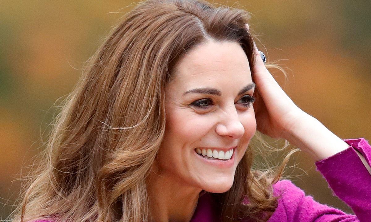 Kate Middleton, mahnitëse me veshjen rozë në Londër