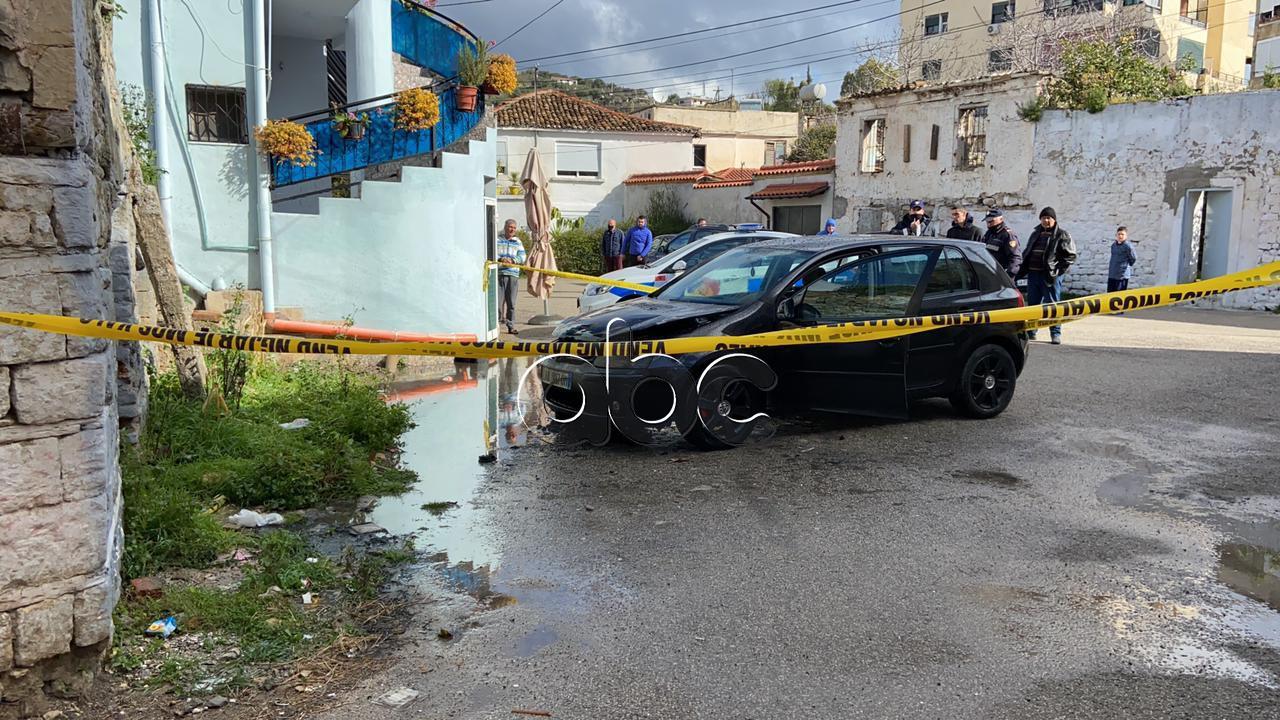 Përfshihet nga flakët një automjet në Vlorë