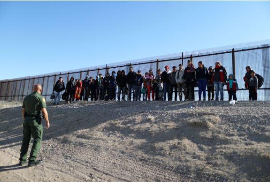 """Biden """"anuloi"""" vendimet e Trump, fluks emigrantësh në kufirin e Meksikës"""