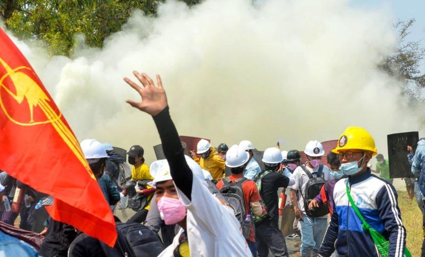 Mianmar, qindra protestues lirohen nga burgu