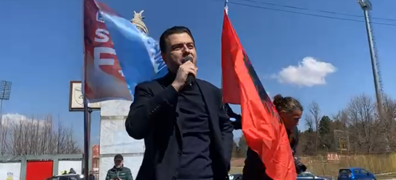"""""""Rama ik"""", Basha pritet me ovacione në Korçë: Ju po e prini ndryshimin"""