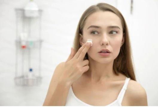 5 ushqime që reduktojnë njollat e errëta në fytyrë
