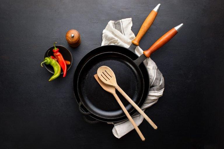 Këto ushqime mos i gatuani kurrë në një tigan prej gize