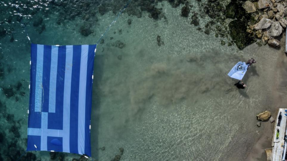 Spektakël në 200 vjetorin e Pavarësisë, flamuri grek vendoset në det