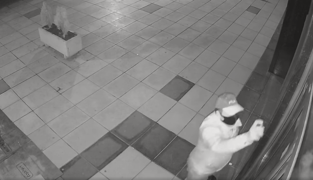 Banorët në qendër të Tetovës të shqetësuar, burri me maskë spërkat dyert dhe largohet